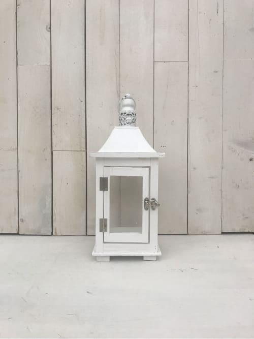 Lanterna in legno con tetto in ferro bianca